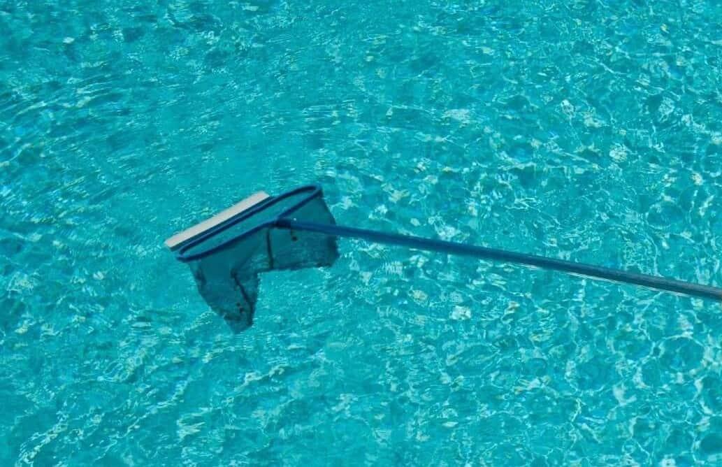 C mo llevar a cabo la limpieza de piscinas desmontables - Agua de la piscina turbia ...