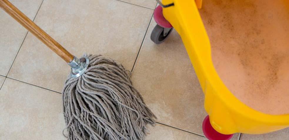 como limpiar juntas del suelo negras